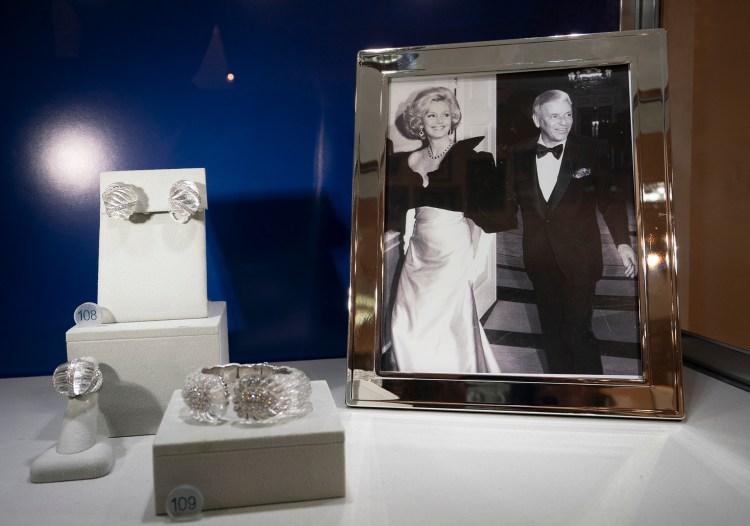 Algunas de las magníficas joyas de Frank Sinatra (Photo by Don EMMERT / AFP)