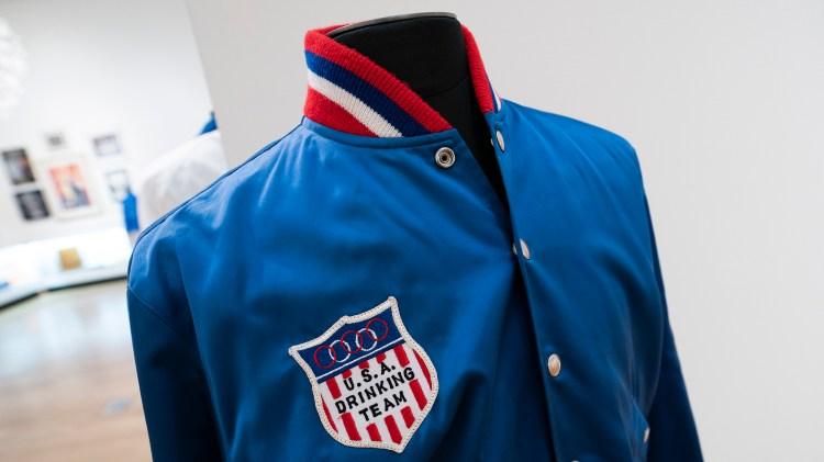 La chaqueta de Frank Sinatra USA Drinking Team(Photo by Don EMMERT / AFP)