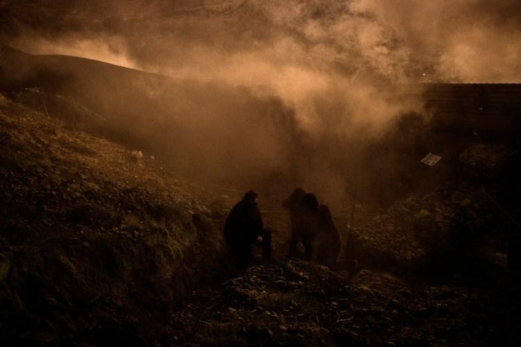 Intentaron replegar a los migrantes que intentaban cruzar la frontera (Foto AP / Daniel Ochoa de Olza)