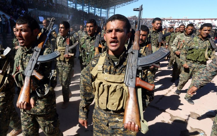 Milicias de las FSD en Raqqa, en el aniversario de la liberación de la ciudad (Reuters/Aboud Hamam/Archivo)