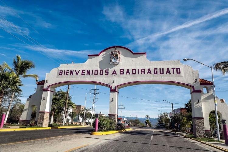 """El arco que da la bienvenida a Badiraguato, el lugar que vio nacer al """"Chapo"""" Guzmán(Foto: RASHIDE FRIAS / AFP)"""