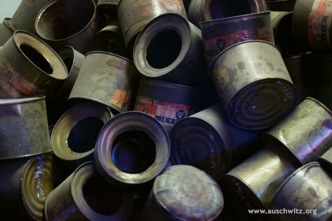 Barattoli di Cyclon B usato nelle camere a gas per uccidere i deportati