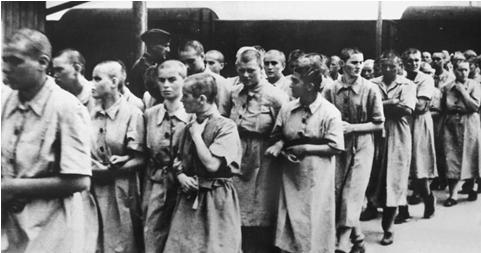 Nella foto, sono presenti alcune delle 999 ragazze mandate ad Auschwitz