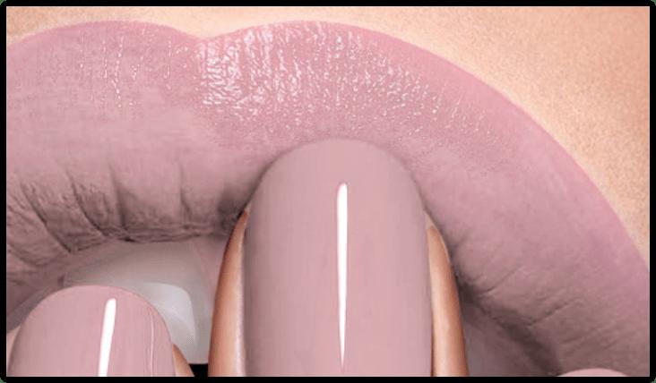 ¿De qué color son las uñas y labios de esta chica?