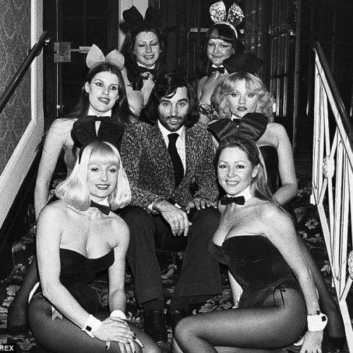 rodeado de Playboy Bunnies (1975, Daily Mirror)