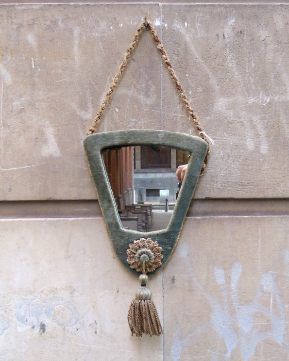 Espejo del siglo XIX con marco de terciopelo