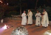 La Vigilia Pascual inició con la bendición del fuego, en las afueras del templo de Mare de Déu de la Mercè.