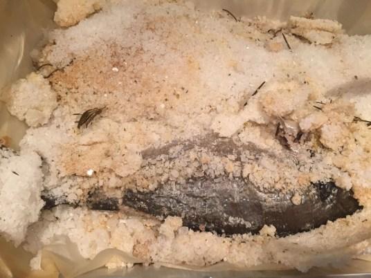 Orate agli aromi in crosta di sale, rottura del guscio di sale