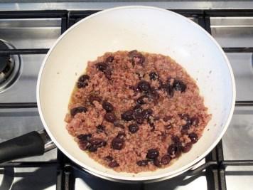 Pici con salsiccia, l'aggiunta delle olive