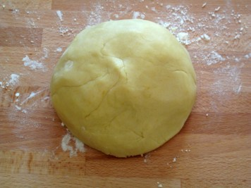 Crostata con ripieno di tagliatelle e mostarda dolce, impasto