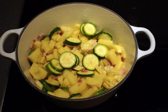 Zuppa di orzo e zucchine alle erbe