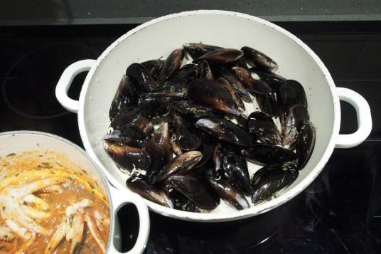 Zuppa di calamari, cozze e fagioli