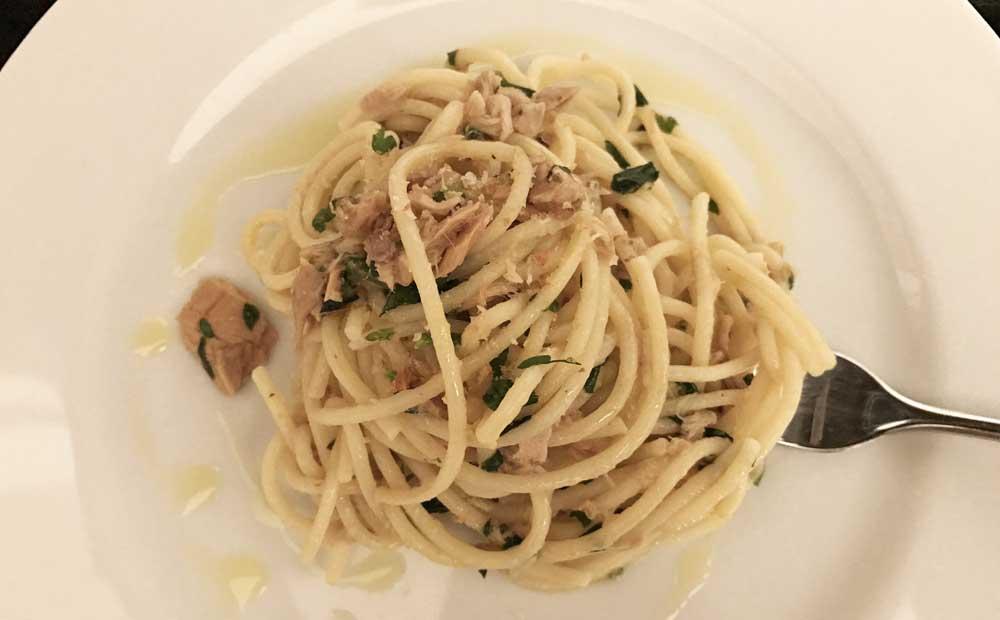 Spaghetti aglio olio e peperoncino ricetta napoletana