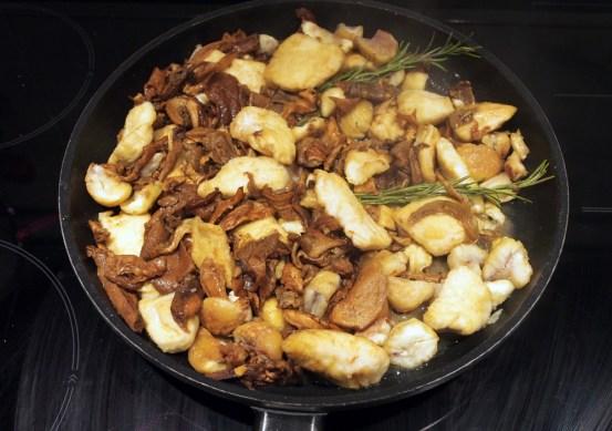 Padellata di pollo con funghi e castagne
