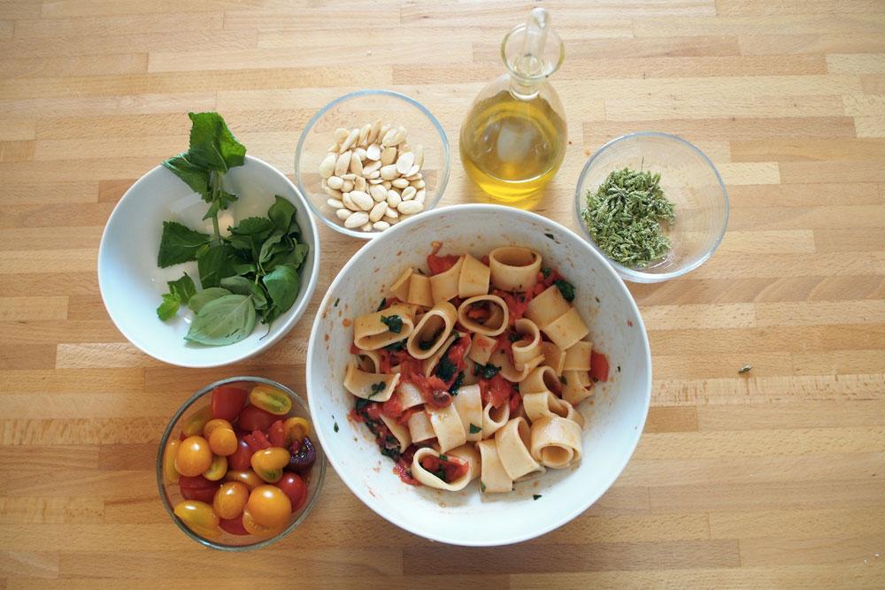 Insalata di pasta con pesto mediterraneo