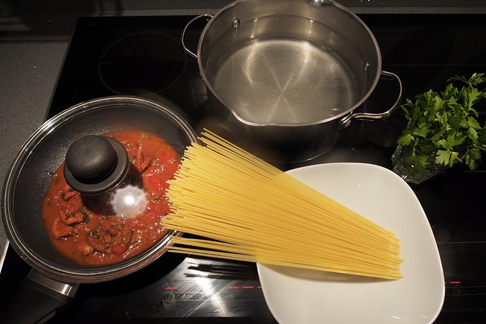 Spaghetti con polipetti alla Luciana