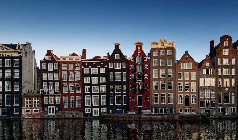 casas de colores a orillas del canal