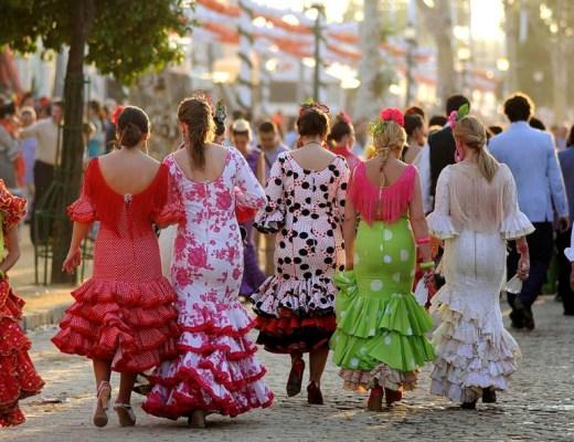 mujeres de espaldas vestidas de flamencas