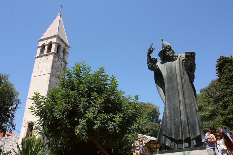 estatua del obispo gregorio nin