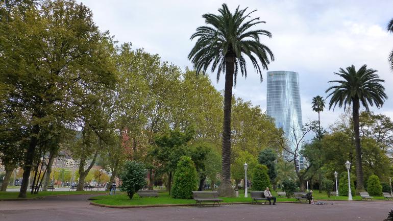 Vista de la torre de Iberdrola desde el parque de Doña Casilda