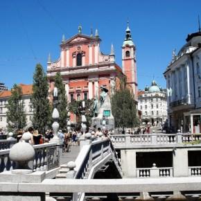 triple puente de ljubljana con la iglesia de la anunciación de fachada rosa