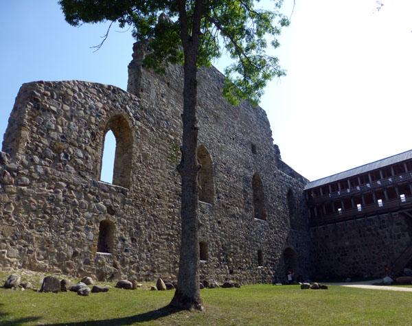 Ruinas del Castillo Medieval de Sigulda en el parque nacional de gauja