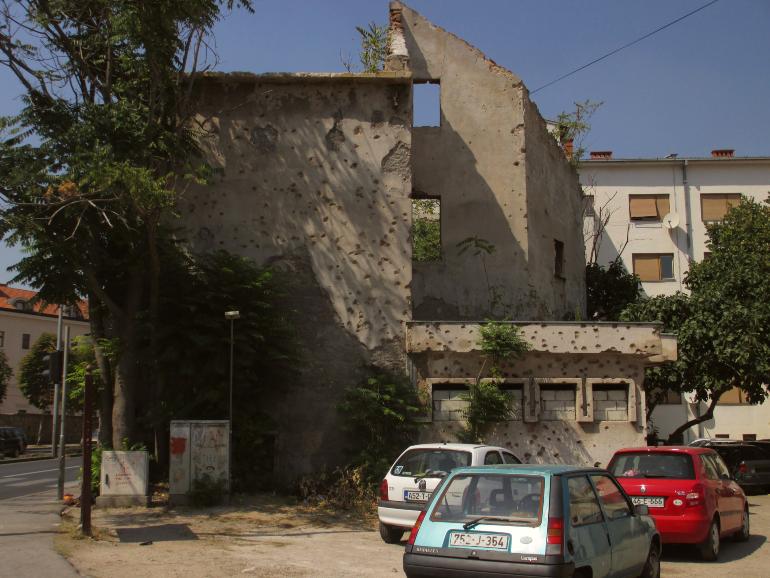 edificios con metralla en mostar