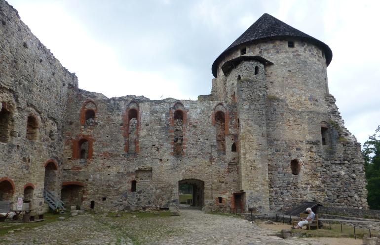 ruinas del castillo medieval de cesis