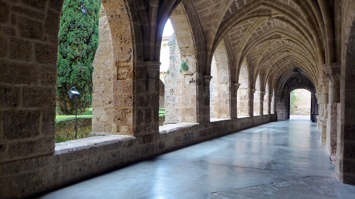 interior del monasterio de piedra