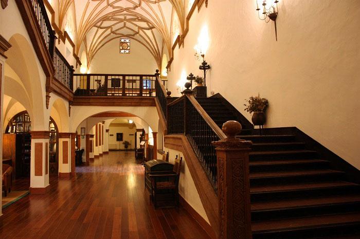 interior del hotel monasterio de piedra