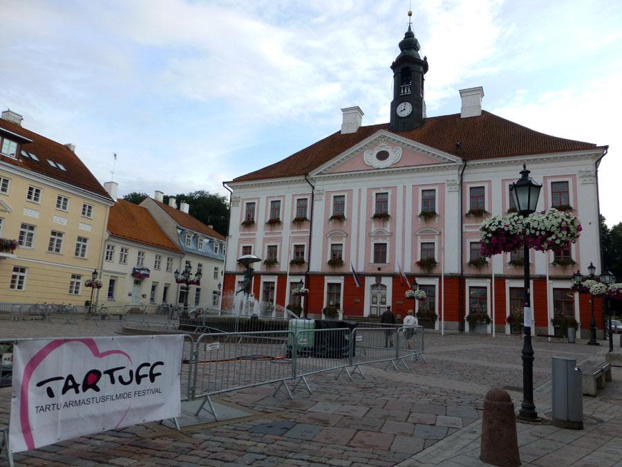 Raekoja-Plats-plaza-del-ayuntamiento-de-tartu-en-estonia