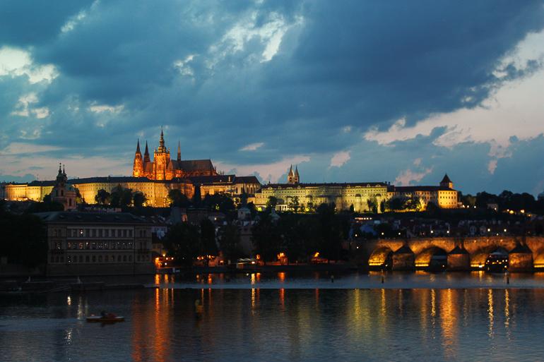 Anoche sobre el puente de Carlos en Praga