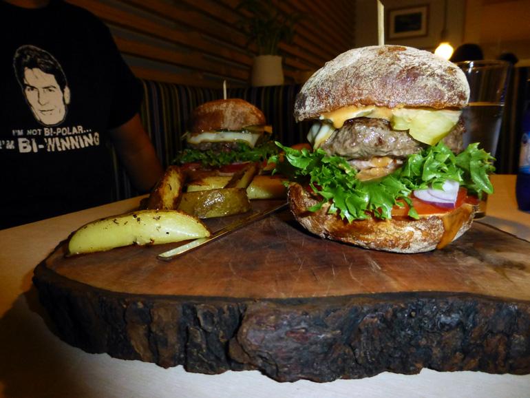 hamburguesas en el restaurante mosaiik de la isla saaremaa