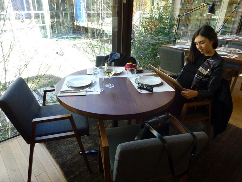 Leyendo la carta en el interior del restaurante Bosco de Lobos