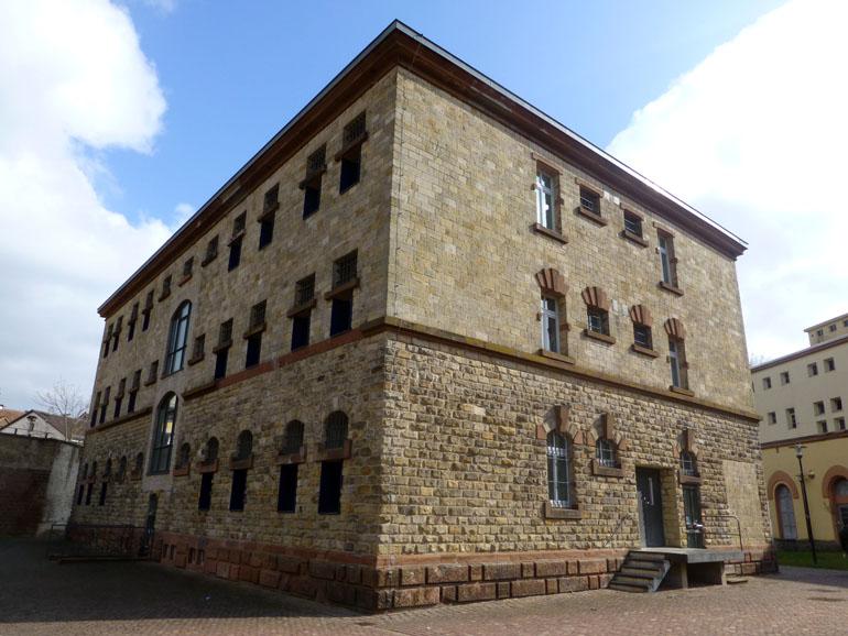 uno de los edificios de piedra de la prisión de Germersheim