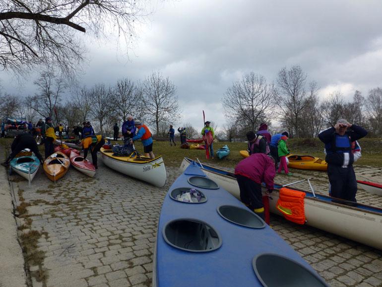 Piraguas en el río Rin en Germersheim