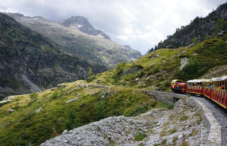 tren de artouste por el filo de la montaña