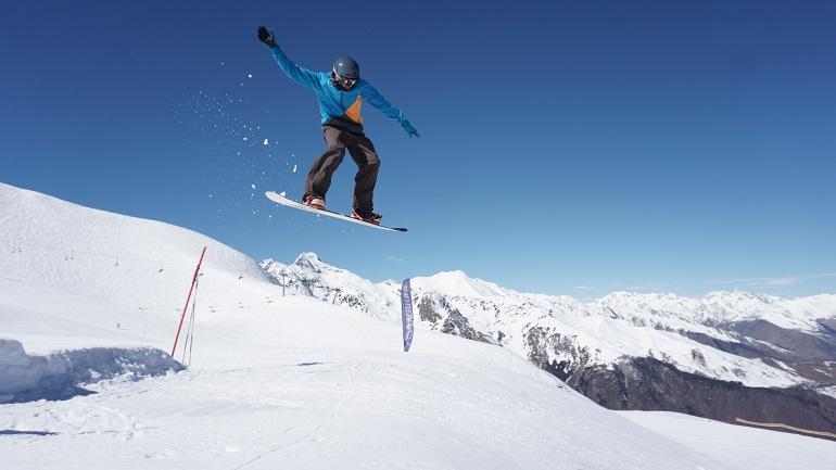 Salto en el snowpark
