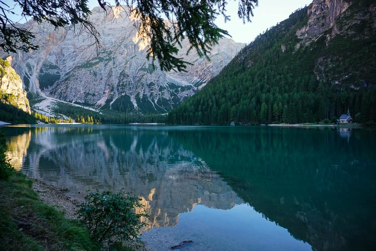 Reflejo de las montañas en el lago di Braies