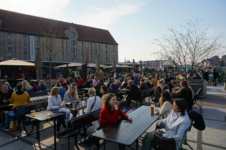 mesas llenas en el Street food de Broens Gadekøkken