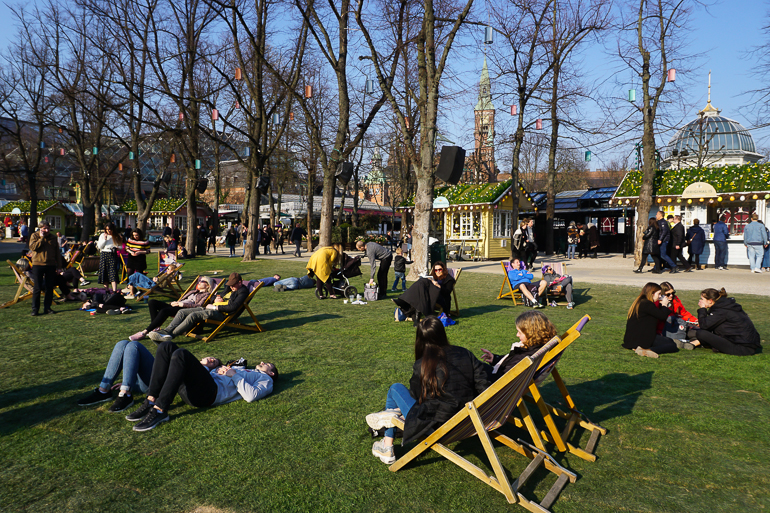gente tumbada y sentada en los jardines de Tivoli