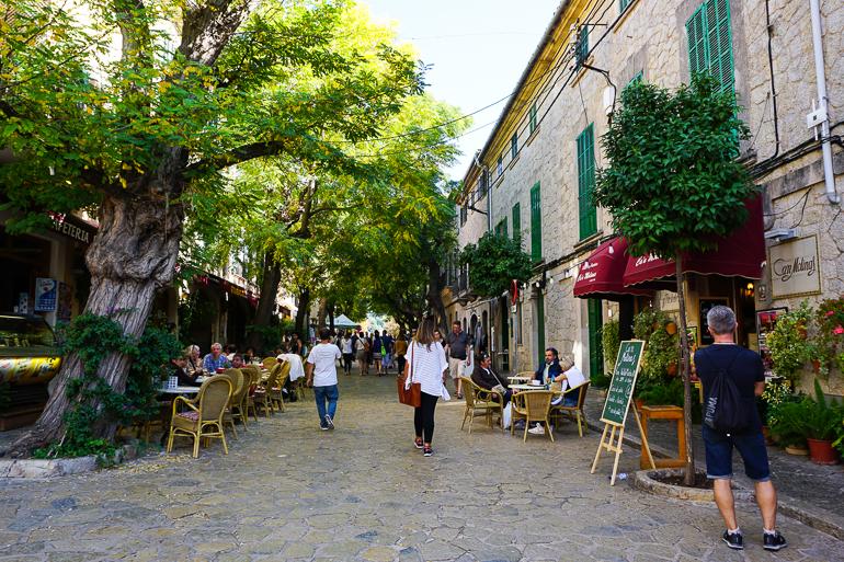 Gente paseando por una calle de Valldemossa