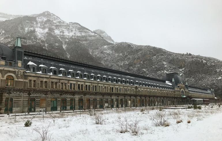 parte de atras de la estacionamento internacional de Canfranc. todo nevado