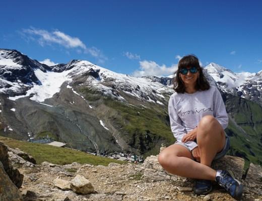 yo con las montañas que rodeando la carretera Grossglockner de fondo. picos nevados