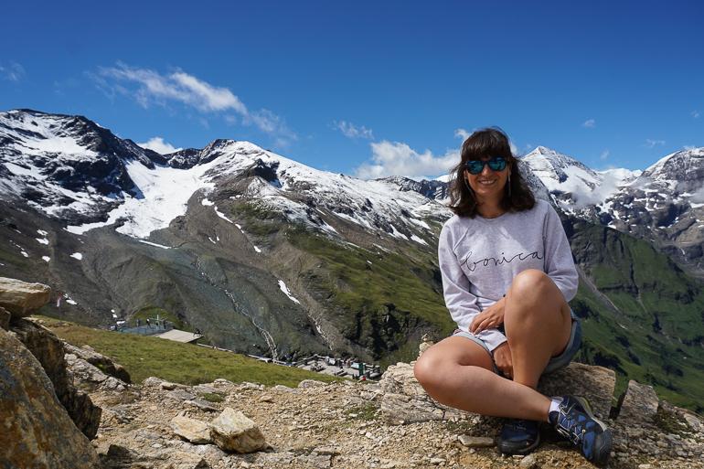 yo con las montañas que rodean la carretera de Grossglockner de fondo. picos nevados