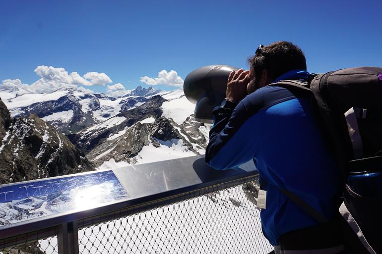 Pablo asomado a plataforma panorámica. Vistas del parque nacional Hohe Tauern. Glaciares austriacos