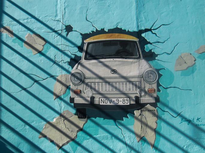 Mural de un trabant atravesando el muro en la east side gallery