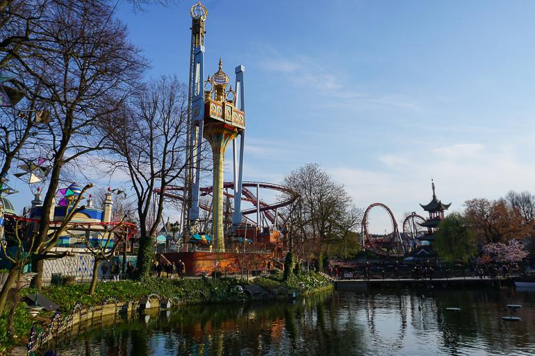 la atracción Vértigo a los pies del lago del parque