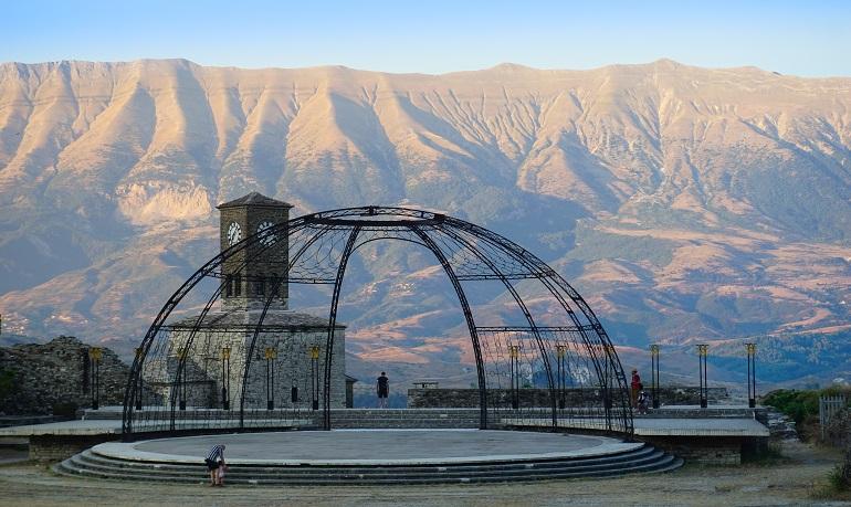 Gjirokaster con las montañas de fondo