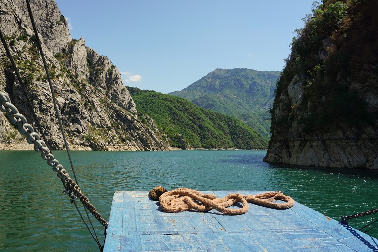 Surcando el lago Koman, qué ver en albania